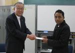 ネパール出身の留学生チャリセさんに見舞金を贈呈しました