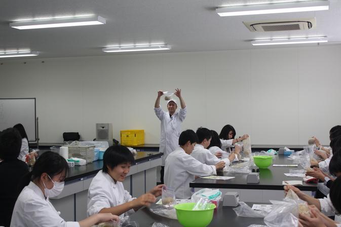 【高大連携】福徳学院高校生が「みそ作り」を体験しました