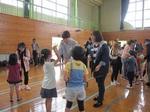 自分たちのバラを咲かせよう!留学生が日田市立いつま小児童と交流