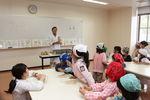 【食物栄養学科】附属幼稚園の園児が味噌作りを行いました