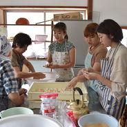 【国際経営学科】たび研学生、郷土食「ひねり餅」で地域おこしを考える