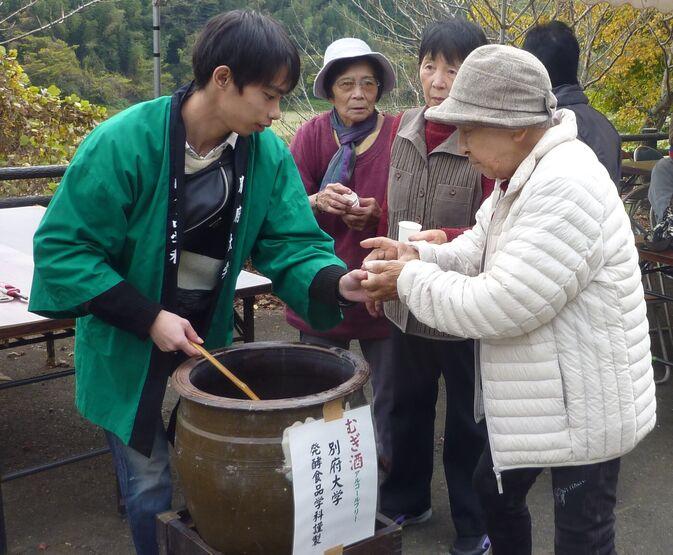 【発酵食品学科】杵築市太田の比枝社にてむぎ酒を振る舞いました